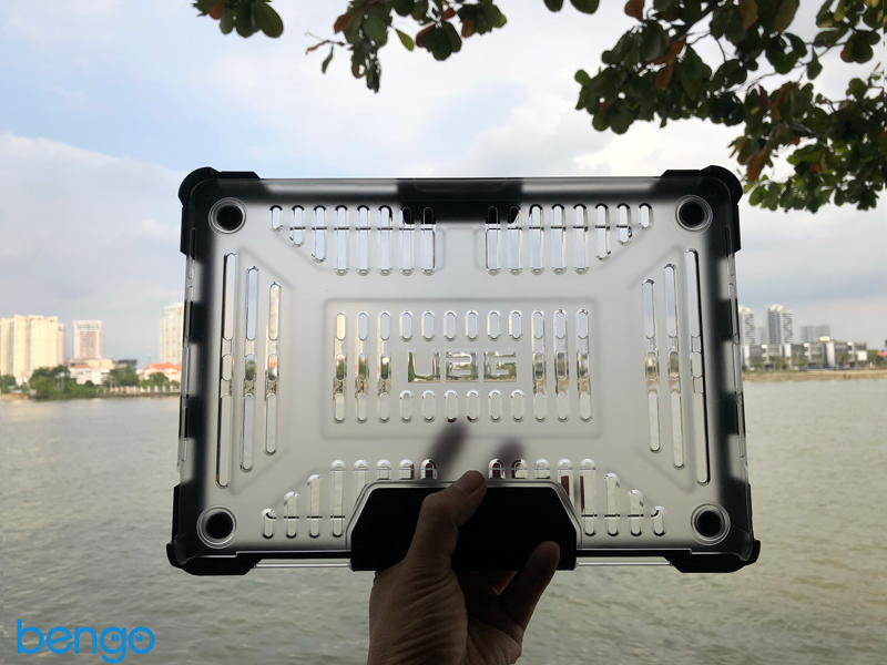 Vo op bao ve MacBook Pro 15″ UAG Plasma - ICE (4th Generation)
